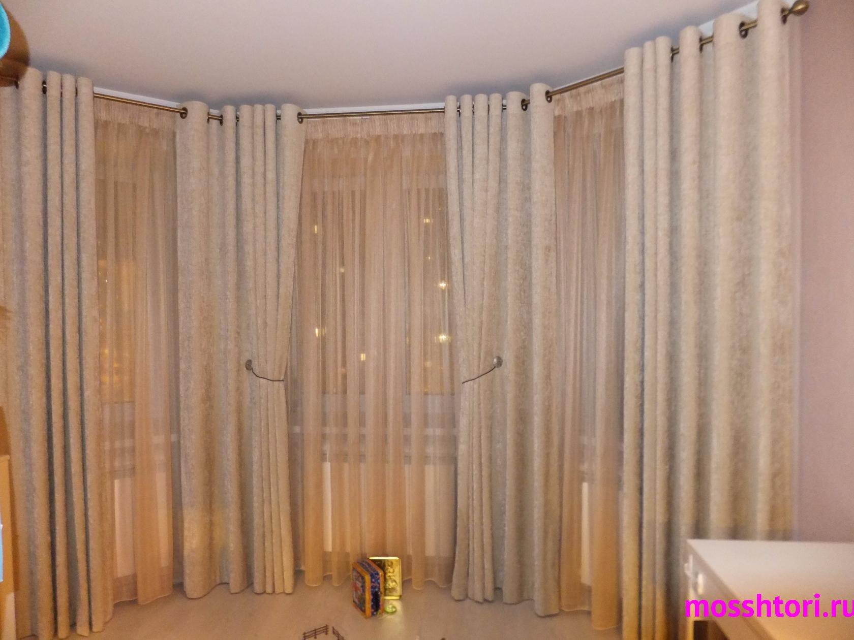 Светлые шторы для эркера